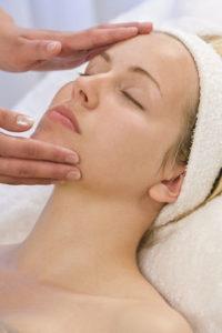 kobieta w trakcie trwania zabiegu oczyszczania twarzy
