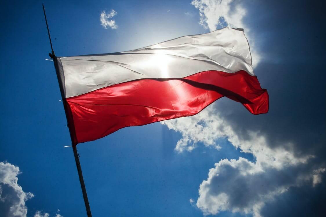 flaga Polski niebieskie niebo
